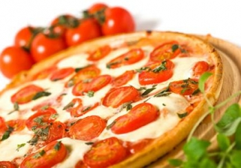 Πίτσα με ντομάτα και τυρί